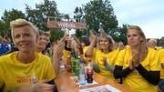 Fans aus Willisau machen Stimmung in Wynau. (Bild: Screenshot SRF)