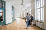 Die renovierten Räumlichkeiten werden genau unter die Lupe genommen. (Bild: Patrick Hürlimann (16. September 2017))