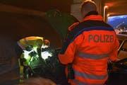 Es wird getestet, ob die Scheinwerfer am Auto richtig funktionieren. (Bild: Kantonspolizei Schwyz)