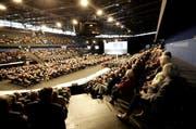 Während der Generalversammlung der Zuger Kantonalbank waren die Plätze in der Bossard Arena gut besetzt. (Bild: Zuger Kantonalbank / Bruno Arnold)