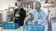 Milchtechnologin Julia Scherer (links) füllt mit Marina Wicki Sauerrahm in Gläser ab. (Bild: Boris Bürgisser (Meierskappel, 29. November 2017))