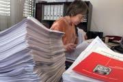 Anita Capek beim Bearbeiten von Prämienverbilligungsaufträgen. (Archivbild Esther Michel/Neue ZZ)