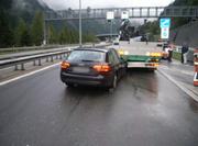 Beim Überholmanöver gescheiter: Der Audi krachte in das Heck des Sattelzuges. (Bild: Kantonspolizei Uri)