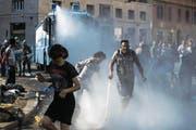 Die Polizei vertreibt Migranten mit Wasserwerfern von der Piazza dell'Indipendenza. (Bild: Angelo Carconi/EPA (Rom, 24. August 2017))