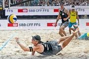 Einsatz total: Die Schweizer Nico Beeler (am Boden) und Alexei Strasser (hinten) im Spiel um Rang drei. (Bild: Pius Amrein / Neue LZ)