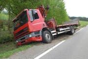 Der Lastwagen blieb im steilen Wiesland stecken. (Bild: Luzerner Polizei)