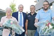 Die Gewinner Jan Bachmann (rechts) und Annemarie Scheidegger durften von Pius Achermann (2. von rechts) und Heinz Bossert ein E-Bike entgegennehmen. (Bild: pd)