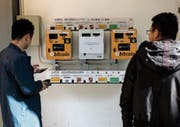 Bitcoin- und Ether-Automaten in Hongkong. (Bild: Jerome Favre/EPA (11. Dezember 2017))