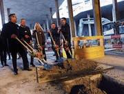 Versenken gemeinsam die Grundsteinkiste (von links): Tobias Achermann, René Hüsler, Christine Böckelmann, Simon Businger und Peter Hausherr. (Bild: Werner Schelbert (Rotkreuz, 22. Februar 2018))