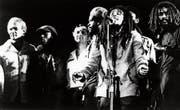1976 in Kingston: Bob Marley mit den Politikern Michael Manley (links) und Edward Seaga (dritter von links). (Bild: Redferns/Getty)