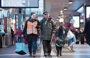 Bahnhofhelferin Katja Burch bringt Sepp Zimmermann zum richtigen Zug. (Bild:)