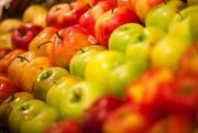 """Ein Teil des Obstes wird im Detailhandel aussortiert und weggeworfen, obwohl es noch geniessbar ist. Dem wird in Luzern mit dem Projekt """"Food Save Luzern"""" Abhilfe geschaffen. Obst und Gemüse wird eingesammelt der Bevölkerung zur Verfügung gestellt (Tipp 3). (Symbolbild Dominik Wunderli / LZ (Küssnacht, 18. Mai 2012))"""
