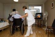 Für die Mehrkosten im Pflegebereich müssen die Gemeinden weiterhin selber aufkommen. (Symbolbild Keystone/Salvatore Di Nolfi)