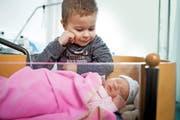 Staunend blickt Gian-Marco auf seine Schwester Melina Lea, die am letzten Montag im Luzerner Kantonsspital das Licht der Welt erblickt hat. (Bild Philipp Schmidli)