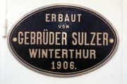In Metall gegossen: Das Baujahr und die Herkunft der Schiller. (Bild: Peter Fischli / Archiv neue LZ)