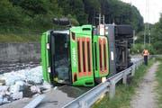 Der Chauffeur blieb beim Unfall unverletzt. (Bild: Kapo OW)