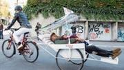 Mit der E-Bike-Ambulanz der Luzerner Organisation Solidarmed sollen Schwangere in Afrika schneller ins Spital kommen. Model Nadine Strittmatter und Komiker Johnny Burn mit Sohn Morris in der Rikscha präsentieren das neue Gefährt. (Bild: Keystone/Alexandra Wey (Luzern, 26. Oktober 2017))