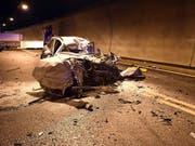 Der vollständig demolierte Personenwagen, in dem eine 52-jährige Autolenkerin nach der Kollision mit einem Lastwagen im Tunnel Sachseln ums Leben kam. (Bild: Kantonspolizei Obwalden)