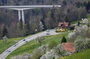 Die Aegeristrasse soll ab der Lorzentobelbrücke saniert und mit einem Radstreifen erweitert werden. (Bild: Stefan Kaiser / Neue ZZ)