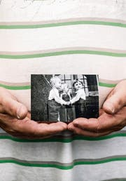 Ein ehemaliges Verdingkind zeigt ein Bild aus seiner Kindheit. (Bild: Peter Klaunzer (Bern, 10. September 2016))