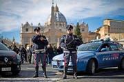 Polizisten sichern am Sonntag den Petersplatz im Vatikan. Gestern wurden die Sicherheitsmassnahmen massiv verschärft. (Bild: Dukas/Antonello Nusca)