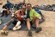 Miguel Alcober (rechts) gönnt sich mit einem Mitläufer, der trotz Handicap am Gobi March teilnimmt, eine kleine Pause. (Bild: PD)