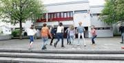 Im Schulhaus Wiesental muss die Gemeinde Baar tüchtig investieren. (Bild: Werner Schelbert (11. April 2017))