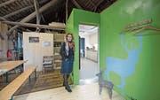 Anita Weingartner im neu ausgebauten Besucherzentrum des Hirschparks Luzern. (Bild: Pius Amrein (Luzern, 30. Oktober 2017))