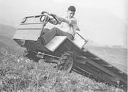 Thomas Schilter um das Jahr 1960 auf einem seiner ersten Lasttransportfahrzeuge. (Bild: PD)