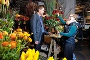Larissa Rohner vom Zuger Blumengeschäft Bluemelaube überreicht dem App-Erfinder Lars Rominger eine Rose. (Bild Maria Schmid)