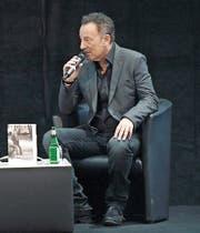 Bruce Springsteen redet an der Buchmesse in Frankfurt über seine neue Autobiografie. (Bild: Arne Dedert/Keystone)