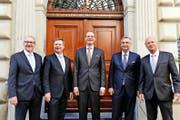 Inwiefern Paul Winiker (SVP, ganz rechts) die Anliegen der SVP in die Regierung einbringen kann, wird sich zeigen. Von links: Robert Küng (FDP), Marcel Schwerzmann (parteilos), Reto Wyss und Guido Graf (beide CVP). (Bild Nadia Schärli)