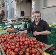 Früchtehändler Ibrahim Eroglu. (Bild: Nadia Schärli / LZ (Basel, 16. März 2017))