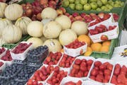 Die Stadt soll in ihren Verpflegungseinrichtungen das vegetarische und vegane Ernährungsangebot fördern. Auf dem Bild: Früchte an einem Marktstand. (Bild: Keystone / Lukas Lehmann)