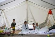 Eine Flüchtlingsfamilie findet im Juli in einem Zelt in Berlin Unterschlupf. Das Bild datiert vom 22. Juli. (Bild: AP/Markus Schreiber)