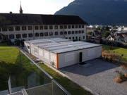 Bis das Kloster in Stans saniert ist, forscht MondoBiotech in Containern im Garten. (Bild Urs Rüttimann/Neue NZ)