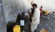 Die humanitäre Lage im bürgerkriegsgeplagten Jemen spitzt sich immer mehr zu. Im Bild füllen Männer in der Hauptstadt Sanaa Trinkwasser ab. (Bild: Yahya Arhab/EPA (Sanaa, 27. März 2018))