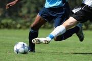 Auch im Juniorenfussball geht es oftmals hart zur Sache, doch sollten die Grenzen der Fairness immer eingehalten werden. (Symbolbild Roger Zbinden)
