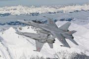 Zwei F/A-18 patrouillieren während des WEF über Davos. Die Aufnahme stammt von Januar 2009. (Bild: Keystone)