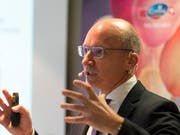 Emmi-Chef Urs Riedener ist mit den Zahlen des ersten Halbjahrs nicht zufrieden: Ein schrumpfender Detailhandel in der Schweiz oder der Brexit in der Division Europa machen dem Milchverarbeiter zu schaffen. (Archiv) (Bild: KEYSTONE/THOMAS DELLEY)