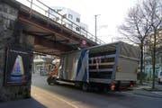 Nichts geht mehr: Der Lastwagen ist unter der Eisenbahnbrücke eingeklemmt. (Bild: Zuger Polizei)