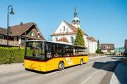 Ein Postauto der Linie 110 bei der Kirche Inwil. (Bild Postauto)