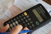 Die Vergabe des Auftrags für den Scans der Zuger Steuererklärungen ist umstritten. (Symbolbild Boris Bürgisser / Neue LZ)