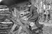 Aufnahme eines Verdingkindes waehrend der Arbeit, aufgenommen im Jahr 1945. (Bild: Keystone / Archiv)