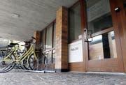 Schon bald werden hier in Hünenberg die Schilder der Polizeidienststelle abmontiert. (Bild Werner Schelbert)