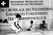 Meditation für den Weltfrieden: 1986 öffneten die Yogis auf dem Seelisberg die Türen für die Medien. (Bild: Keystone)