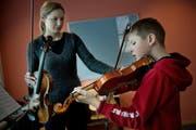 Marino Brun während des Geigenunterrichts bei Judith Lötscher an der Musikschule Grosswangen. (Bild: Pius Amrein/Neue LZ)