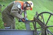 Pinoier Markus Burch beim Entsorgen der Seilbahn. (Bild: pd)