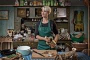 «Ich finde es letztlich viel ehrlicher, mit Moos zu würzen statt mit Aromat»: Rebecca Clopath in ihrem Reich, der Küche im Restaurant Rössli in Escholzmatt. (Bild Pius Amrein)