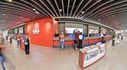 Die moderne Schalterhalle des Reisezentrums im 1. Obergeschoss des Luzerner Bahnhofs.